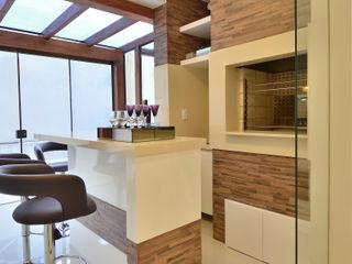 ESPAÇO GOURMET Graça Brenner Arquitetura e Interiores Cozinhas modernas Cerâmica Efeito de madeira