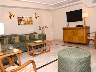 Arte Decò Apartment in Cairo Tania Mariani Architecture & Interiors Sala multimediale in stile classico Legno Verde