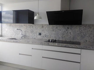 Negro, blanco y gris: una mezcla que realza una cocina Cocinasconestilo.net CocinaArmarios y estanterías Tablero DM Blanco