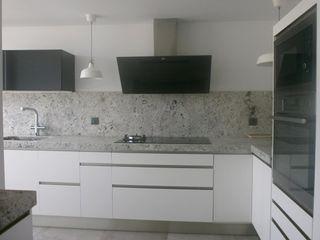 Negro, blanco y gris: una mezcla que realza una cocina Cocinasconestilo.net CocinaArmarios y estanterías Blanco