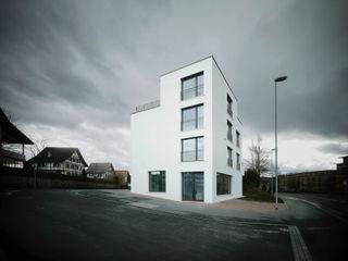 CAF . Neubau Mehrfamilienhaus . Cham . ZG idA buehrer wuest architekten sia ag Moderne Häuser Weiß