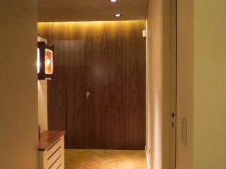 Estudio de iluminación Giuliana Nieva Modern corridor, hallway & stairs