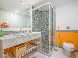 Emmilia Cardoso Designers Associados Modern bathroom