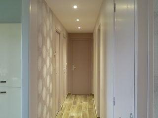 Ré-aménagement des espaces dans maison plein pied L'Armoire aux Patines Couloir, entrée, escaliers modernes Beige
