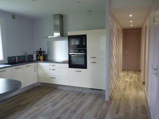 Ré-aménagement des espaces dans maison plein pied L'Armoire aux Patines Cuisine moderne Blanc