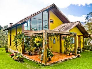 Carlos Eduardo de Lacerda Arquitetura e Planejamento Country style houses Yellow