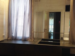 bilune studio Modern bathroom Glass Metallic/Silver