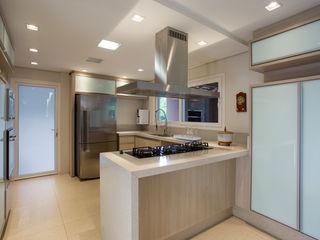Cabral Arquitetura Ltda. Cucina in stile tropicale Granito
