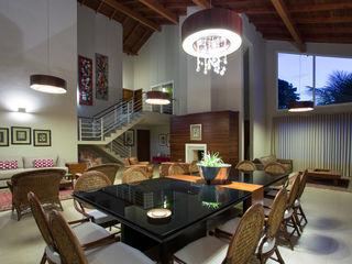 Cabral Arquitetura Ltda. Soggiorno in stile tropicale Legno