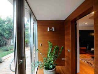 STUDIO DI ARCHITETTURA CATALDI MADONNA Modern corridor, hallway & stairs