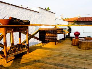 AD ARQUITETURA E DESIGN Balcone, Veranda & Terrazza in stile rustico Legno Effetto legno