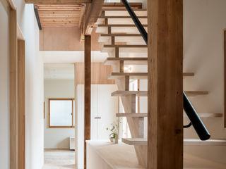 coil松村一輝建設計事務所 Pasillos, vestíbulos y escaleras de estilo ecléctico