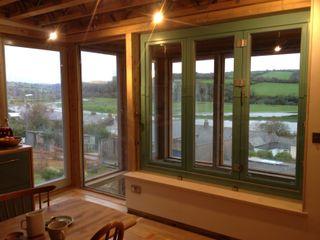 Wadebridge Responsive Home Innes Architects モダンデザインの ダイニング 木