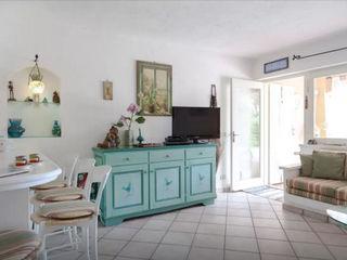 Mediterranean Villa in Sardinia Tania Mariani Architecture & Interiors Soggiorno in stile mediterraneo Legno Verde