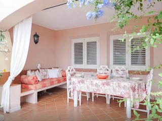 Mediterranean Villa in Sardinia Tania Mariani Architecture & Interiors Balcone, Veranda & TerrazzoAccessori & Decorazioni Ceramiche Rosso