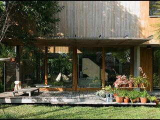 Arquitecto Alejandro Sticotti Balkon, Beranda & Teras Gaya Country