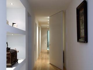 Alberto Caetano Modern Corridor, Hallway and Staircase