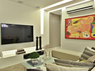 Argollo & Martins   Arquitetos Associados Minimalist living room White