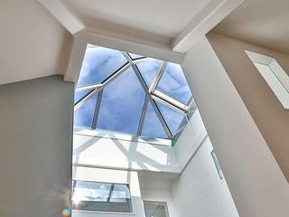 K-MÄLEON Haus GmbH Modern Corridor, Hallway and Staircase Reinforced concrete Grey