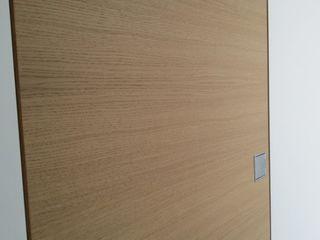 Porte interne rasomuro e arredamento su misura per ufficio e studio medico Xilema Pro Finestre & PortePorte Legno massello Effetto legno