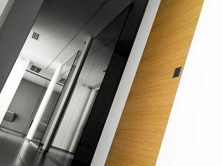 Porte interne rasomuro e arredamento su misura per ufficio e studio medico Xilema Pro Negozi & Locali Commerciali Legno massello Effetto legno