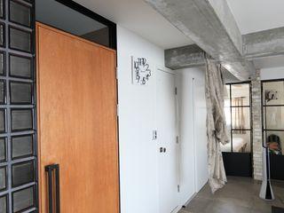 studio m+ by masato fujii Finestre & Porte in stile industriale