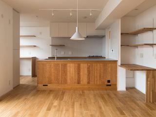 Sakurayama-Architect-Design Nowoczesna kuchnia Drewno O efekcie drewna