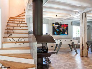 Réaménagement d'une salle de loisirs Agence boÔbo Couloir, entrée, escaliers modernes