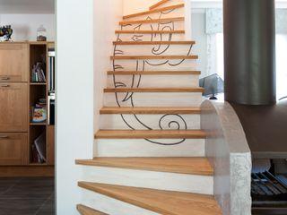 Réaménagement d'une salle de loisirs Agence boÔbo Couloir, entrée, escaliers modernes Bois massif Blanc