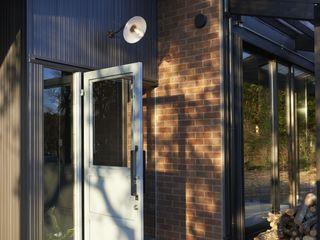 Mimasis Design/ミメイシス デザイン Rumah Modern Brown