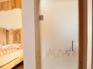 RI-NOVO Rustic style bedroom Wood