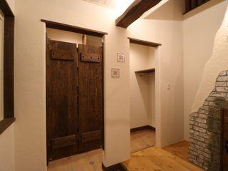 株式会社アートカフェ Pasillos, vestíbulos y escaleras de estilo rural
