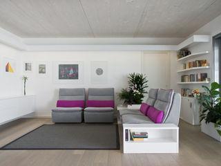 Interni Casa P+F Margherita Mattiussi architetto Soggiorno moderno Viola/Ciclamino