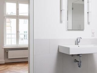 Gisbert Pöppler Architektur Interieur 現代浴室設計點子、靈感&圖片 White