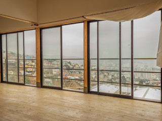 Leonardo Saavedra ONG Vivienda Local Balkon, Beranda & Teras Modern