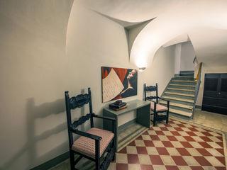 Storie di famiglia: la casa racconta STUDIO PAOLA FAVRETTO SAGL Hotel in stile classico Ceramica Rosso