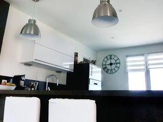 E/P ESPACE DESIGN - Emilie Peyrille Modern kitchen Concrete White