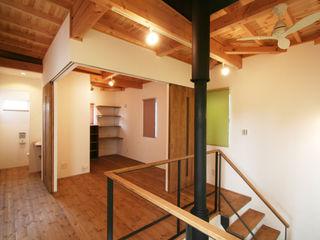 株式会社シオン Modern corridor, hallway & stairs Solid Wood Wood effect