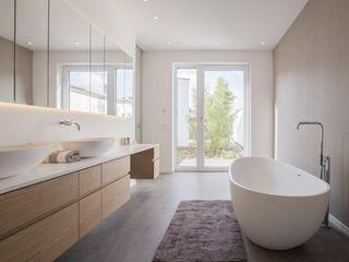 BPLUSARCHITEKTUR Minimalist style bathroom