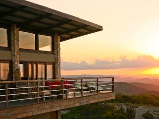 Duo Arquitetura Balkon, Beranda & Teras Gaya Country Kayu Beige