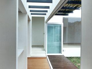 CoRREA Arquitectos Balcone, Veranda & Terrazza in stile moderno