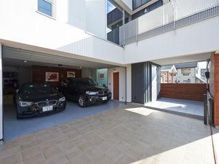 富士を望む家 佐賀高橋設計室/SAGA + TAKAHASHI architects studio モダンデザインの ガレージ・物置