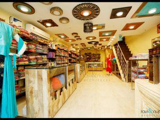 RAVI - NUPUR ARCHITECTS Espacios comerciales de estilo rústico Madera maciza Multicolor
