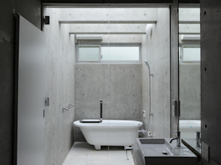 風景のある家.LLC Minimalistyczna łazienka Beton Biały