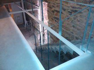 Rehabilitación de vivienda en c/SIMANCAS en Vigo (Pontevedra) HUGA ARQUITECTOS Pasillos, vestíbulos y escaleras de estilo moderno Hierro/Acero Blanco