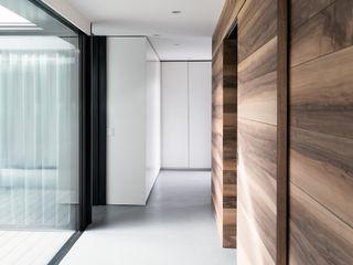 CN10 ARCHITETTI Modern Corridor, Hallway and Staircase Wood White