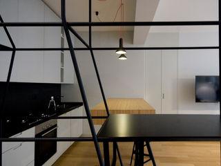 Ostiense House #01 Manuela Tognoli Architettura Ingresso, Corridoio & Scale in stile moderno Grigio