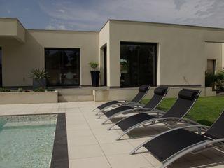 Maison cubique moderne avec piscine Pierre Bernard Création Piscine méditerranéenne