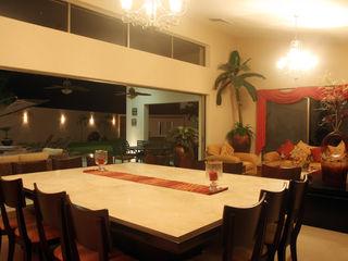AIDA TRACONIS ARQUITECTOS EN MERIDA YUCATAN MEXICO ComedorMesas Derivados de madera Ámbar/Dorado