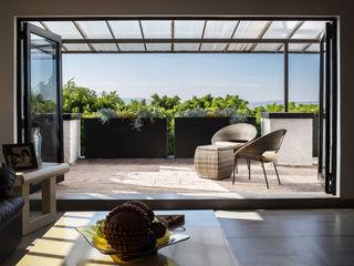 Región 4 Arquitectura Eclectic style balcony, porch & terrace